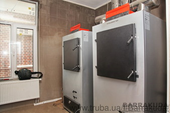 Топочная дома дворцового типа на каскаде из двух топовых конденсационных котлов BUDERUS GB162 по 100 кВт (Германия) и пиролизных твердотопливных котла — Барракуда - Современные системы отопления
